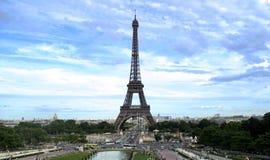 Eiffeltower,与蓝天的Le埃佛尔铁塔。 库存照片