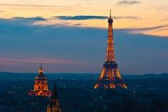 Eiffeltower die in de avond wordt aangestoken Stock Foto's