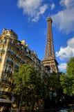 Eiffelturm über altem Paris-Nachbarschafts-Gebäude Lizenzfreie Stockfotos