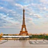 Eiffelturm am Abend lizenzfreie stockfotos