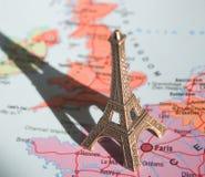 Eiffelturm auf der Karte Stockfoto