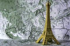 Eiffelturm auf der Karte Lizenzfreie Stockfotos