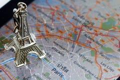 Eiffelturm auf einer elektronischen Karte von Paris Lizenzfreies Stockfoto