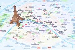 Eiffelturm auf einer Karte von Paris Stockbilder