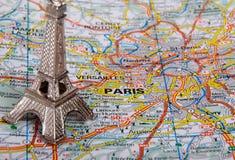 Eiffelturm auf einer Karte von Paris Lizenzfreies Stockfoto