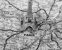 Eiffelturm auf einer Karte von Paris Stockfotografie