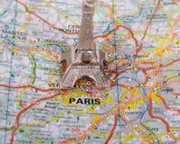 Eiffelturm auf einer Karte von Paris, Stockbilder