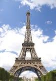 Eiffelturm auf Wolkenhimmel Stockbild