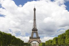 Eiffelturm auf Wolkenhimmel Stockfoto