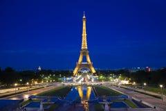 Eiffelturm belichtet an der blauen Stunde Lizenzfreies Stockbild