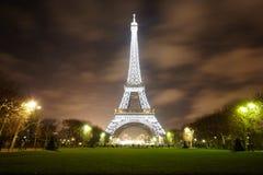 Eiffelturm belichtet nachts Stockfoto