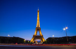 Eiffelturm-blauer Himmel während der Dämmerung Stockfoto