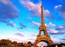 Eiffelturm, Brücke mit Skulptur auf Fluss die Seine in Paris, Frankreich Stockfotos