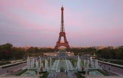 Eiffelturm an der Dämmerung Stockfotos