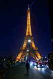 Eiffelturm in der festlichen Ablichtung zum Geburtstag lizenzfreies stockbild