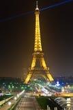 Eiffelturm in der festlichen Ablichtung zum Geburtstag lizenzfreies stockfoto
