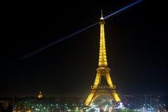 Eiffelturm in der festlichen Ablichtung zum Geburtstag stockfotografie