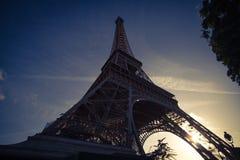 Eiffelturm in der niedrigen Winkelsicht, während des Sommers in Paris, Frankreich Lizenzfreies Stockbild
