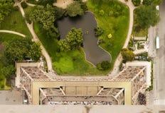Eiffelturm, der unten schaut stockfoto