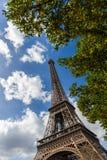 Eiffelturm durch grüne Bäume Stockbilder