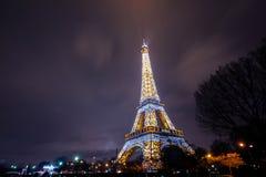 Eiffelturm hell belichtet an der Dämmerung lizenzfreie stockfotografie