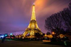 Eiffelturm hell belichtet an der Dämmerung Stockfotografie
