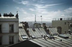 Eiffelturm hinter Dächern Stockfoto