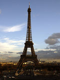 Eiffelturm im Dezember-Abendleuchte stockfotografie