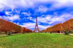 Eiffelturm im Herbst lizenzfreie stockbilder