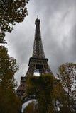 Eiffelturm im Oktober stockfotografie