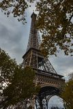 Eiffelturm im Oktober lizenzfreie stockbilder