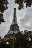 Eiffelturm im Oktober lizenzfreie stockfotografie