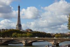 Eiffelturm im Oktober stockbild