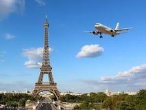 Eiffelturm mit ankommendem Flugzeug lizenzfreie stockfotografie