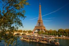Eiffelturm mit Booten in Paris, Frankreich lizenzfreie stockfotografie