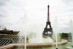 Eiffelturm mit Brunnen Lizenzfreies Stockfoto