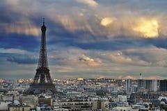 Eiffelturm mit einem leichten Glühen Lizenzfreie Stockfotografie