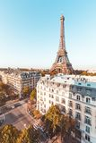 Eiffelturm mit einem perfekten blauen Himmel, Paris lizenzfreie stockfotos