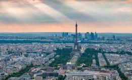 Eiffelturm mit Gottstrahlen im Hintergrund Stockbild