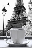 Eiffelturm mit Tasse Kaffee in der Schwarzweiss-Art, Paris, Frankreich Stockfotografie