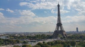 Eiffelturm mitten in Paris Lizenzfreie Stockfotos