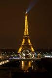 Eiffelturm nachts, Paris lizenzfreie stockbilder