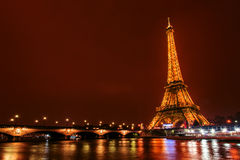 Eiffelturm nachts, Paris, Frankreich lizenzfreie stockbilder