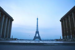 Eiffelturm ohne Leute während des frühen Morgens Stockbild