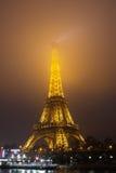 Eiffelturm, Paris, Frankreich im Abendnebel Stockfotografie