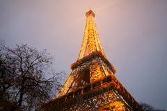 Eiffelturm, Paris, Frankreich im Abendnebel Stockfotos