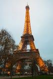 Eiffelturm, Paris, Frankreich im Abendnebel Stockbild