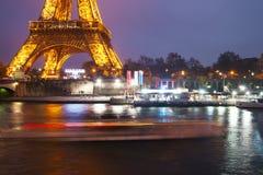 Eiffelturm, Paris, Frankreich im Abendnebel Lizenzfreie Stockfotos