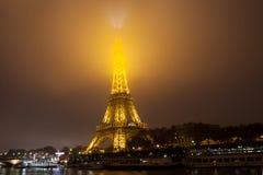 Eiffelturm, Paris, Frankreich im Abendnebel Lizenzfreie Stockbilder