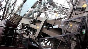 Eiffelturm in Paris - Maschine des Aufzugs stock video
